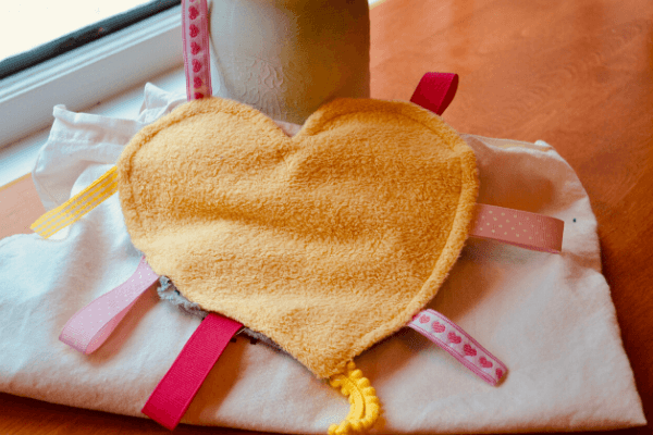 Learn how to easily make this heart crinkle tag blanket, the perfect DIY sensory toy for babies, with our quick tutorial.